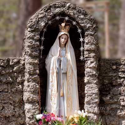 Die Gottesmutter zeigt, wie die Hände gefaltet werden - nicht tölpelhaft den Bauch haltend
