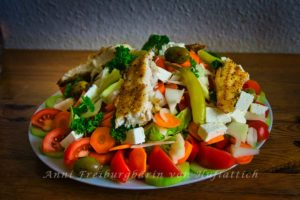 Leckerer Salat mit Fisch