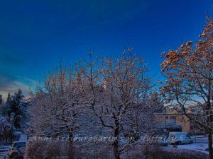 Schneedesaster mit blauem Himmel